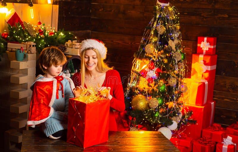 r Семья имея рождественскую елку потехи дома Мама и ребенк стоковая фотография