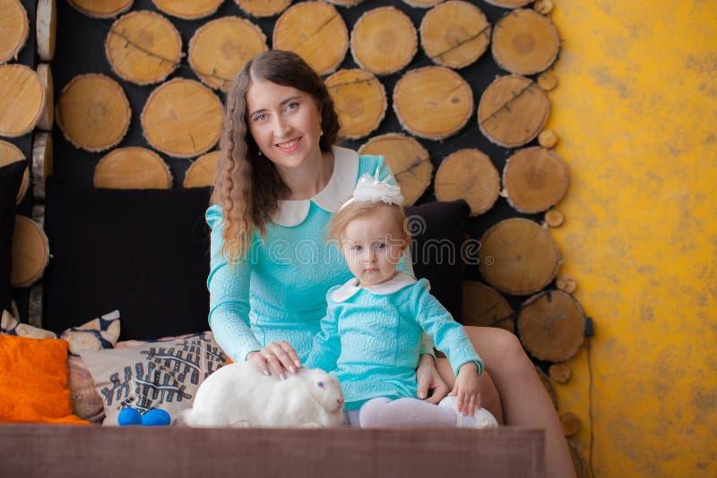 r семья с зайчиком пасхи мать стоковая фотография