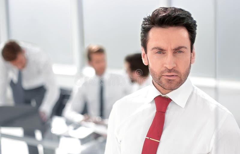r серьезное положение бизнесмена в офисе стоковая фотография