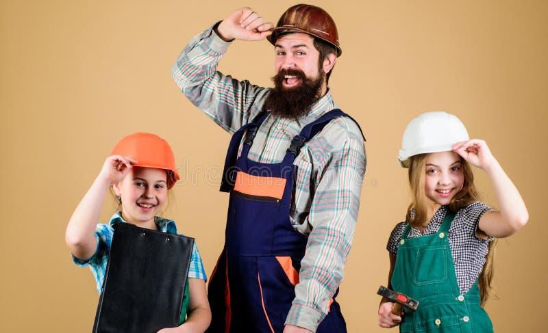 r Сестры помогают построителю отца Домашняя реновация Создайте комнату вы действительно хотите в реальном маштабе времени Следова стоковые изображения