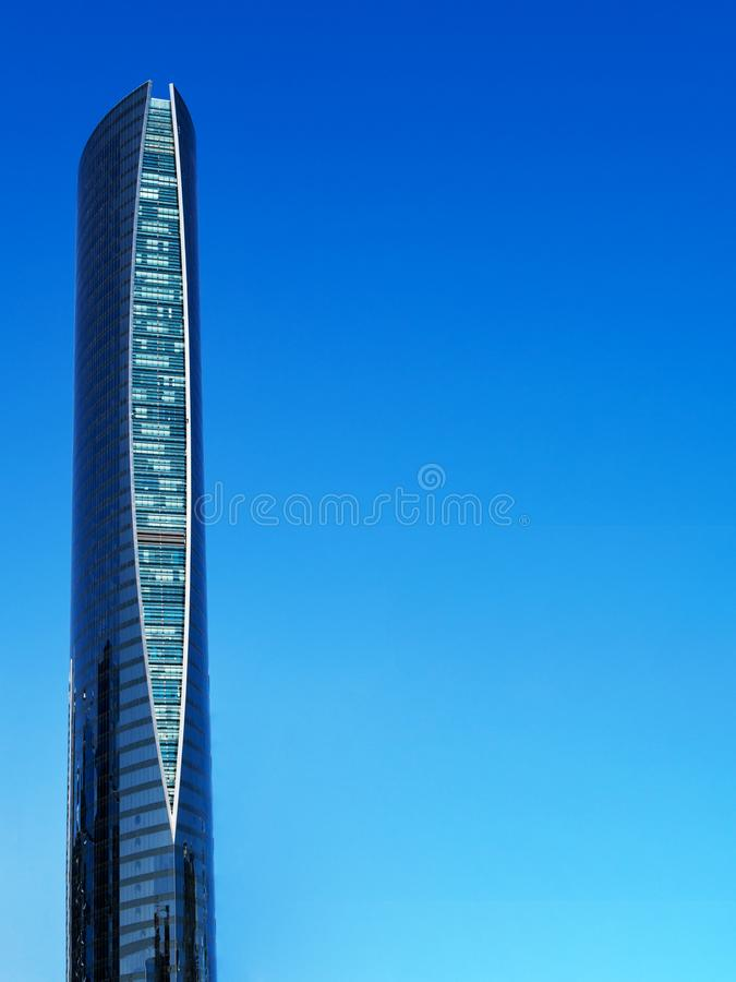 r Современный небоскреб на предпосылке голубого неба с космосом для текста Башня навигации в Катаре стоковое фото rf