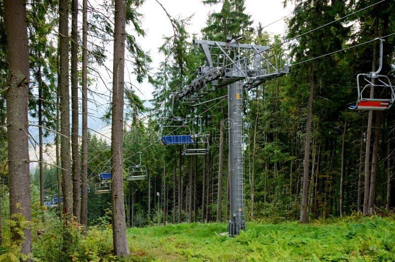 r Соедините hikers или туристы наслаждаются ездой подъема лыжи подъема стула и красивого ландшафта лета горы стоковое фото rf