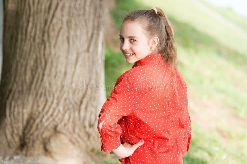 r Эмоциональная предпосылка природы ребенк E Отпуск для ослабляет Положительные эмоции o стоковая фотография
