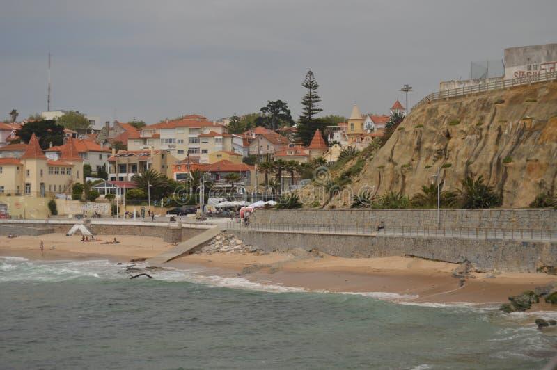 r Эшторил, Cascais, Sintra, Лиссабон, Португалия Славная съемка пляжа Poca на пасмурный день на побережье Эшторила стоковая фотография