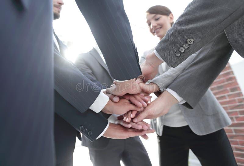 r 一起企业队的手 免版税库存照片