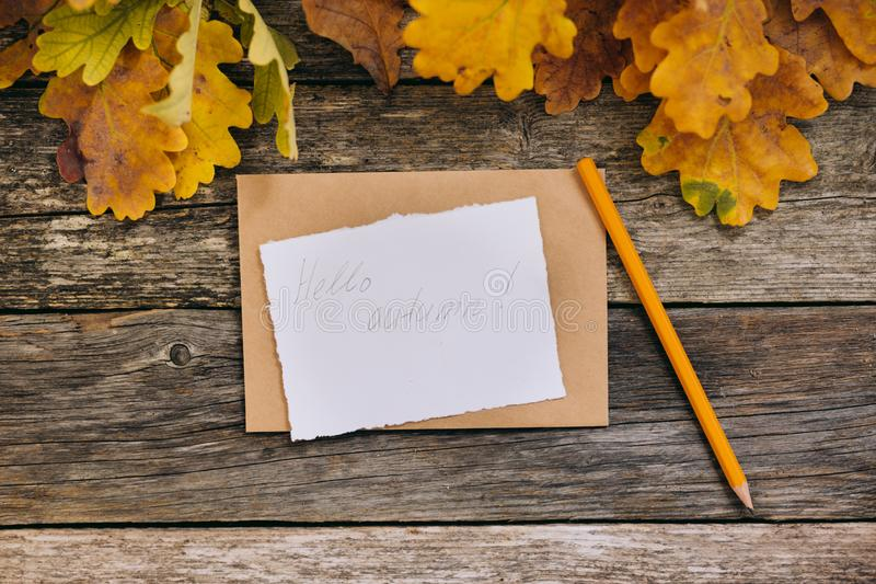r 与信件,工艺信封,白纸卡片,叶子的Hygge样式秋天flatlay构成 库存照片
