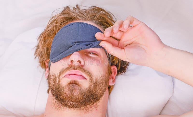 r 人在床上的感觉后背疼痛在睡觉以后 叫醒舒展 图库摄影