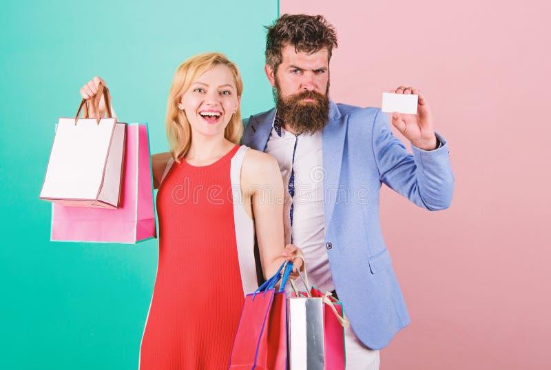r r 人有胡子的行家举行信用卡和女孩享用 免版税库存照片