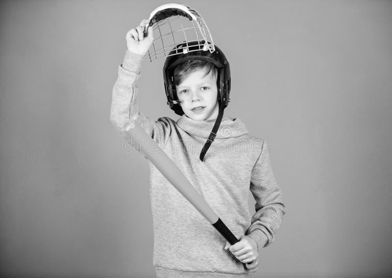 r 体育比赛 i 儿童运动员 棒球棒和盔甲 库存照片