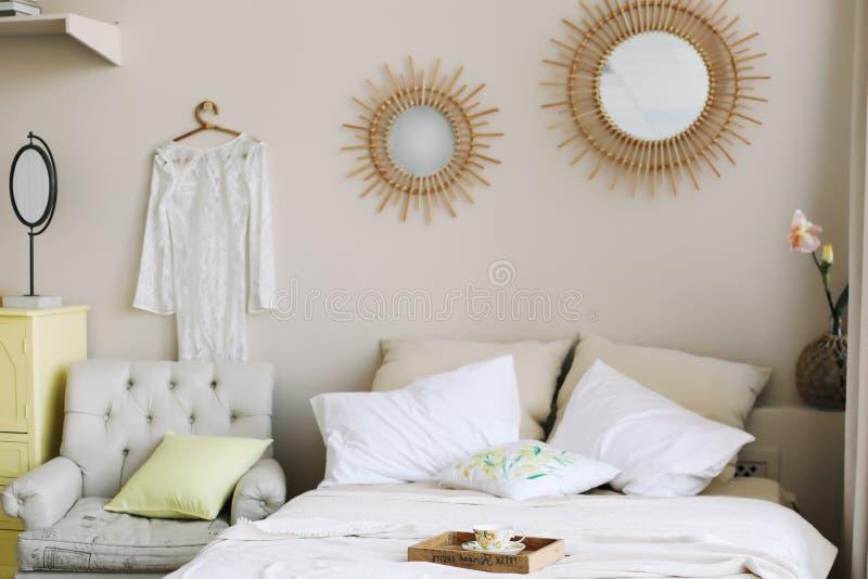 r 供住宿与和枕头,毯子 女孩的卧室内部,斯堪的纳维亚样式 库存照片