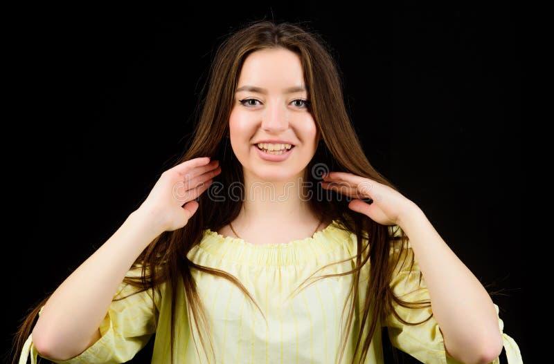 r 俏丽的女孩skincare和构成 美化的面孔头发和皮肤 整容术和秀丽 每日简单 免版税库存图片