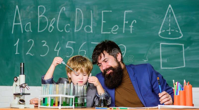 ?? r 儿子和父亲在学校 ?? 实验在有机化学实验室 生物工艺学 库存照片
