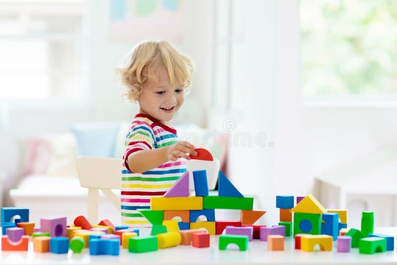 r 儿童玩具块大厦塔  免版税库存照片