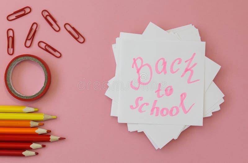 r 写的纸与铅笔、夹子和磁带在桃红色背景 r 免版税库存照片