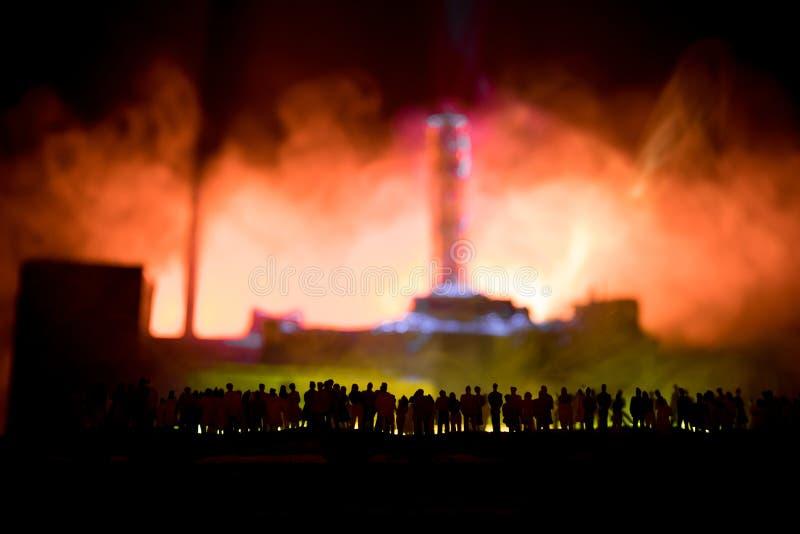 r 切尔诺贝利核电站在晚上 被放弃的切尔诺贝利驻地布局在核反应堆以后的 皇族释放例证