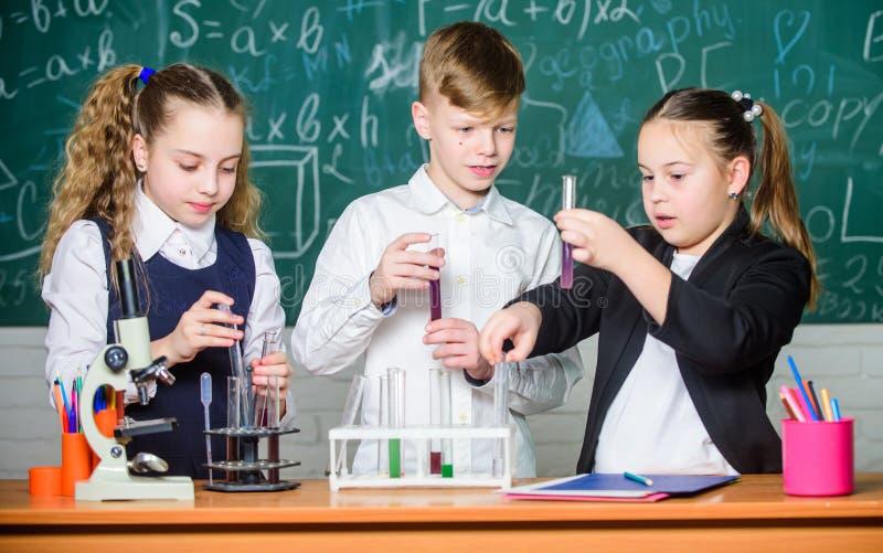 r ?? 化学科学 r 女孩和男孩在实验室 ?? 图库摄影