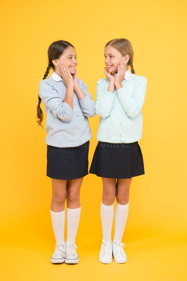 ?? r 友谊和妇女团体 r r 校服的愉快的女孩 库存照片