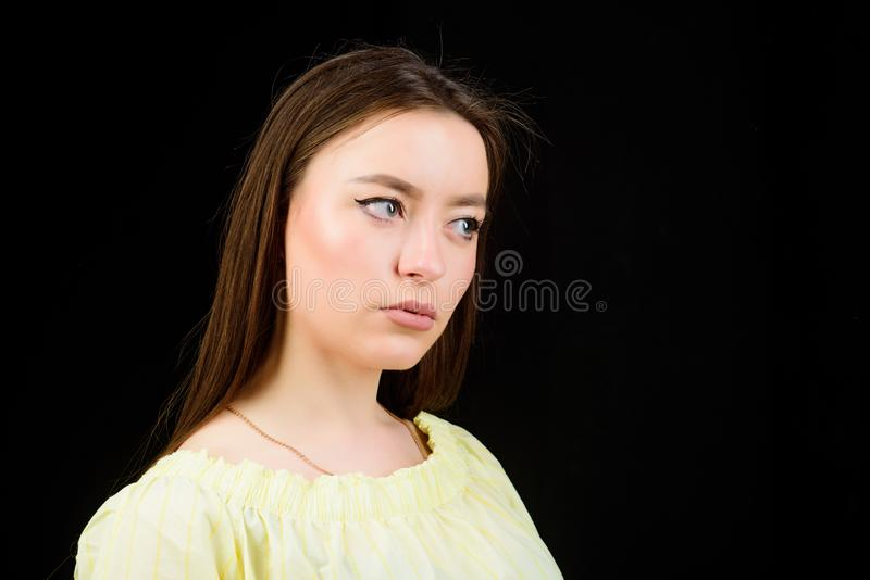 r 发光与自然美人 俏丽的女孩skincare和构成 美化的面孔头发和皮肤 库存图片