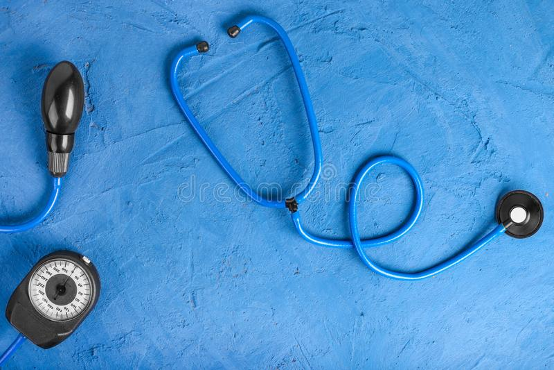 r 听诊器特写镜头在蓝宝石背景的 听与听诊器的心脏 r 库存照片