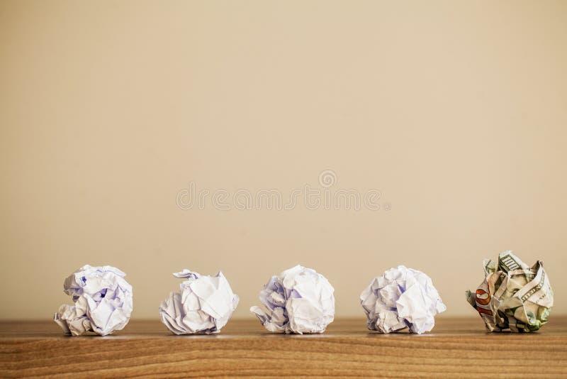 r 启发、新的想法和创新概念与压皱纸在木背景 ?? 免版税图库摄影