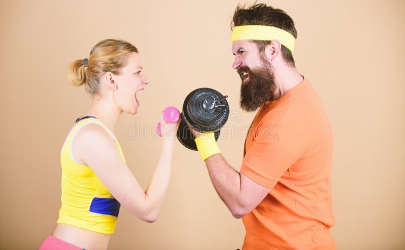 r 在健身房的运动的夫妇训练 运动健身竞争 ?? 体育哑铃 库存图片