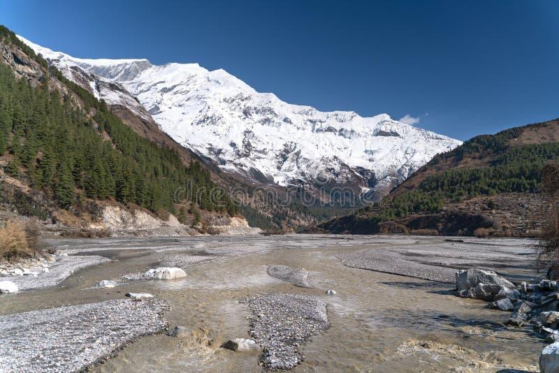 r 在安纳布尔纳峰足迹轨道的看法 在道拉吉里峰峰顶的看法 免版税图库摄影