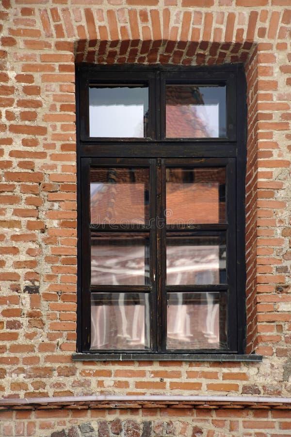 r 在砖宫殿城堡的美丽的窗口 在天空和大厦的杯的反射 免版税库存照片
