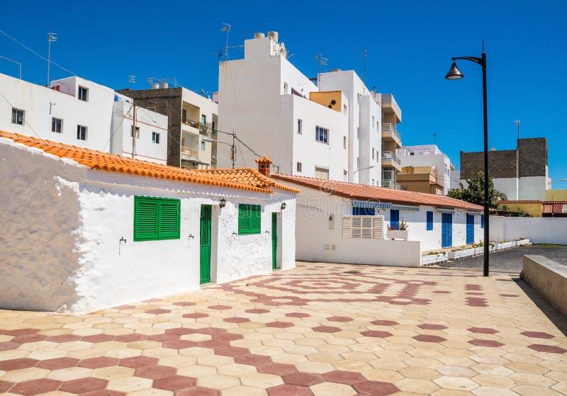 r 在街道上的白色房子在Las Galletas,特内里费岛,加那利群岛,西班牙 o : 免版税库存图片