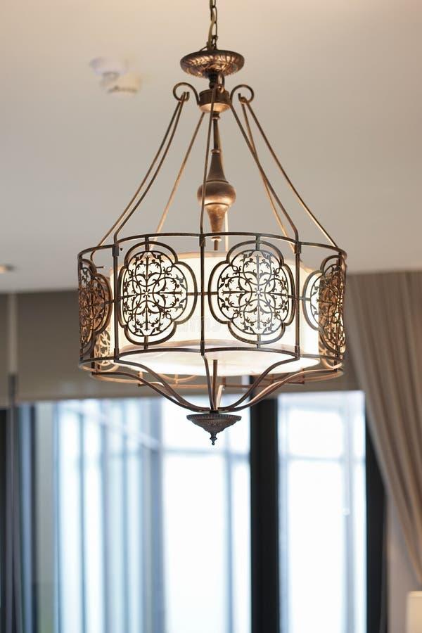 r 垂悬下来从天花板的葡萄酒金属枝形吊灯 内部室装饰 免版税图库摄影
