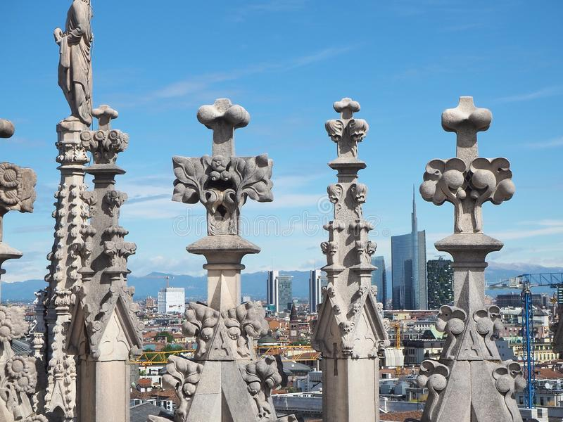 r 城市和摩天大楼的全景从大教堂的屋顶大阳台 免版税库存图片