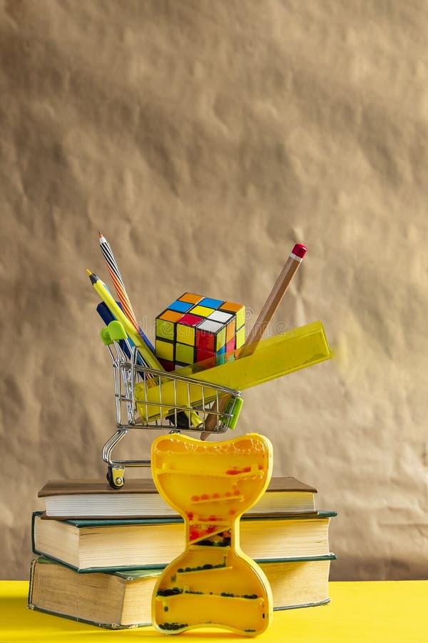 r 堆与学校用品的书在手推车 免版税图库摄影