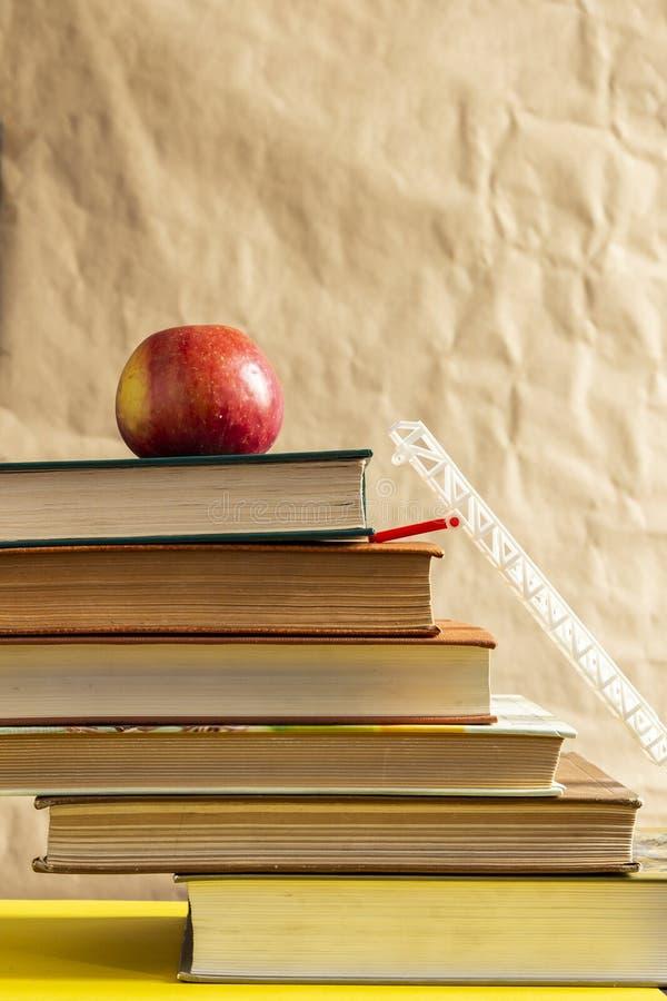 r 堆书和苹果 免版税库存照片