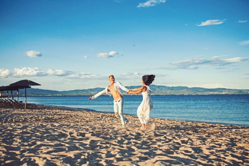 r 夏天休假和旅行假期 性感的妇女和人海上 在爱舞蹈的夫妇在海滩 免版税库存图片