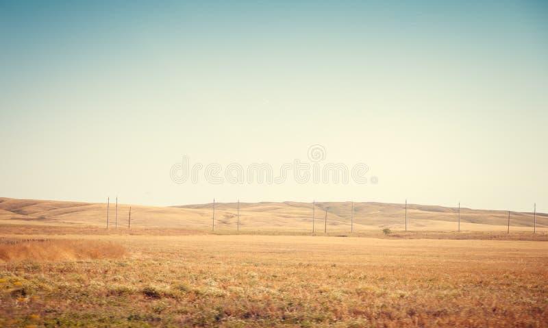 r r ?? 夏天俄国风景 草和天空 背景夏天风景 克里米亚半岛领域 免版税库存照片