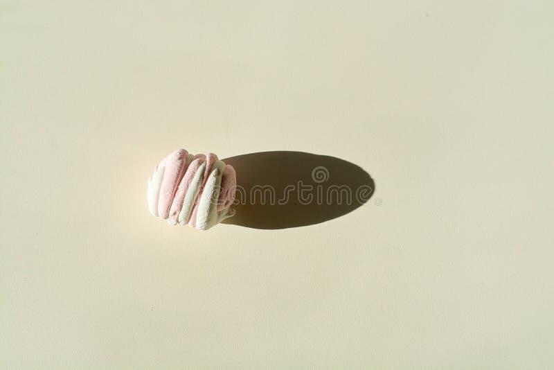 r 多彩多姿的吹蛋白软糖 在轻的背景的唯一蛋白软糖 免版税图库摄影