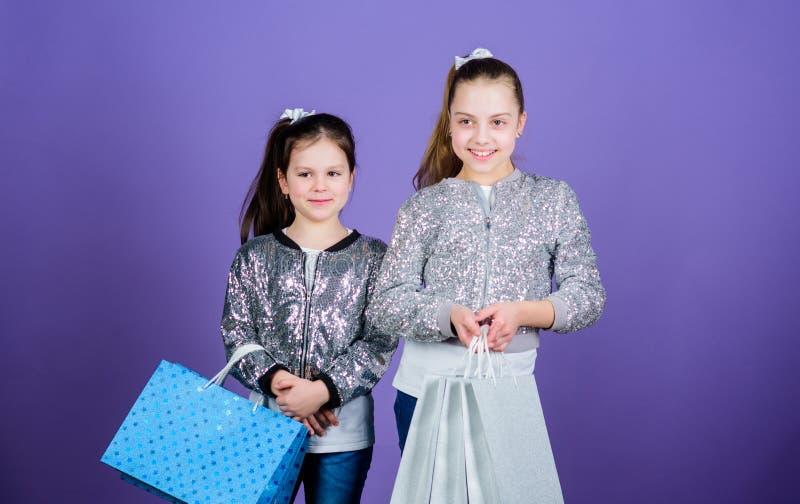 r 女孩姐妹朋友有购物带来紫罗兰色背景 销售和折扣 o ?? 库存照片