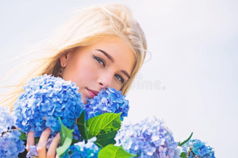 r r 女孩嫩白肤金发的举行八仙花属花花束 t 图库摄影