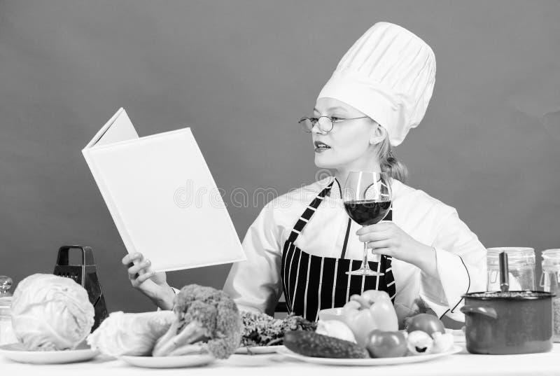 r r 女孩读了书最佳的烹饪食谱 ( ??  免版税库存图片