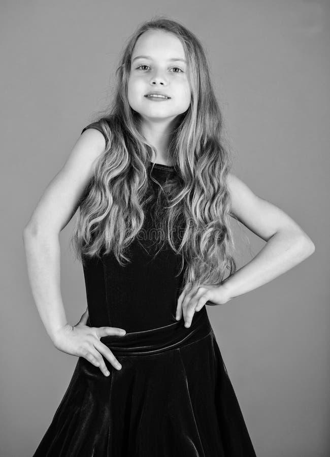 r 女孩逗人喜爱的儿童穿戴天鹅绒紫罗兰色礼服 t r 免版税图库摄影