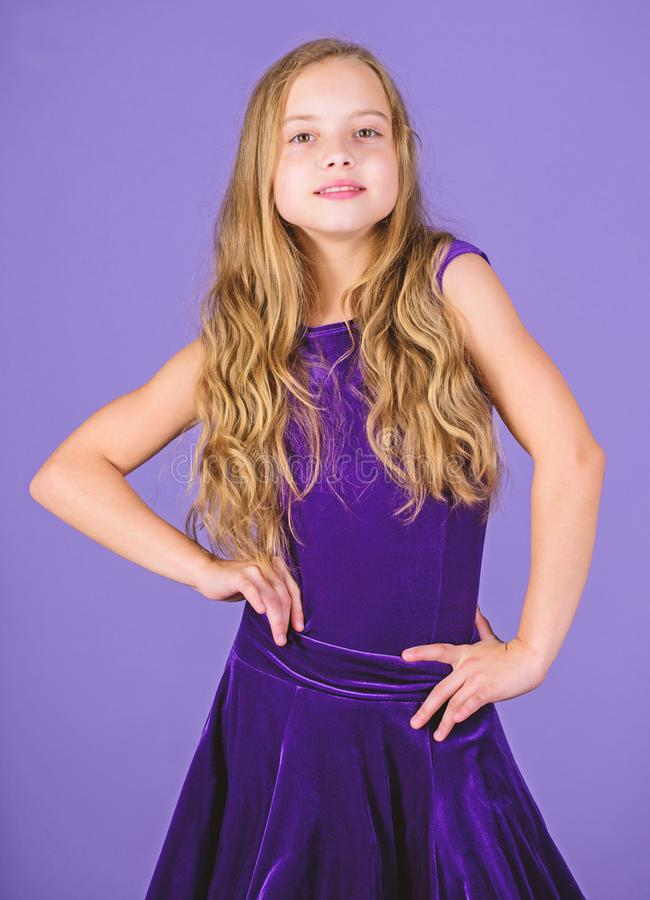 r 女孩逗人喜爱的儿童穿戴天鹅绒紫罗兰色礼服 t r 库存照片