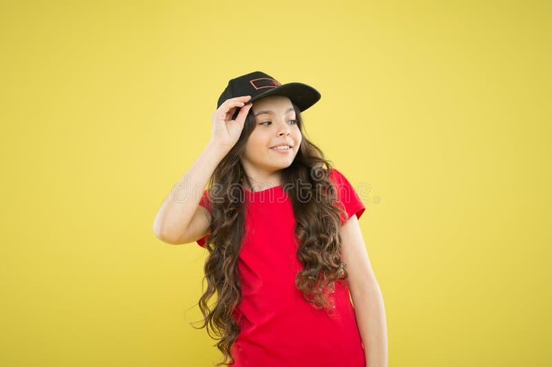 r 女孩逗人喜爱的儿童穿戴盖帽或突然反弹帽子 女孩佩带的棒球帽 轻松和凉快 长期女孩 免版税库存图片