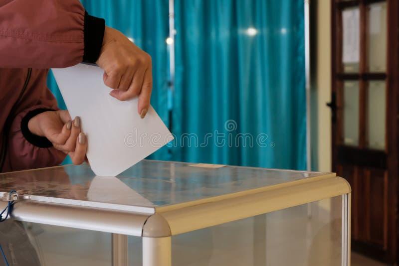 r 女性手特写镜头有公报的 在全国范围内投票,竞选 免版税库存照片