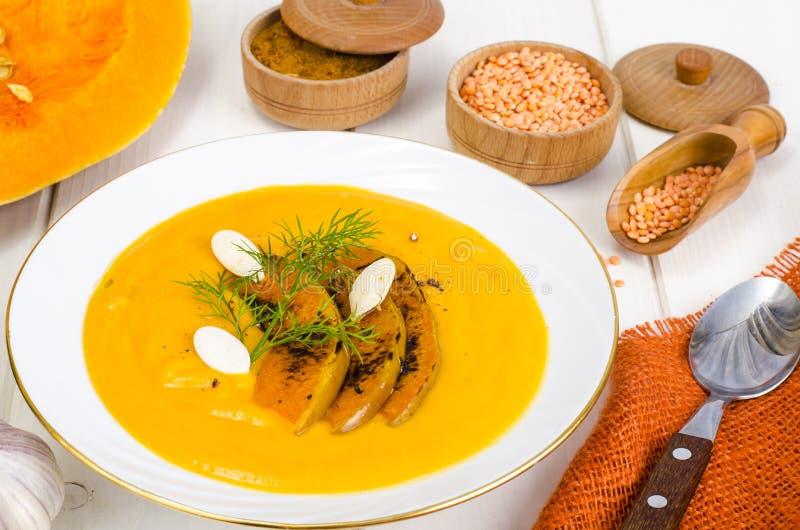r 奶油色汤用扁豆和南瓜 免版税库存照片