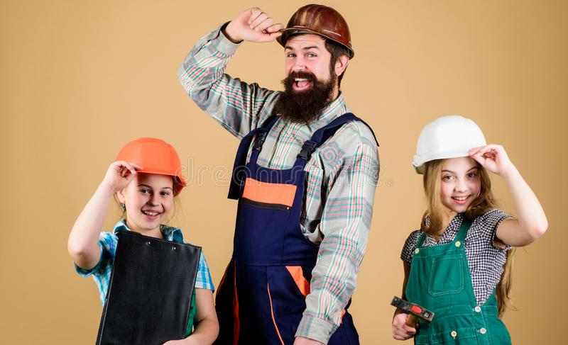 r 姐妹帮助父亲建造者 家庭整修 创造您真想要活的室 跟随父亲 梦幻队 库存图片