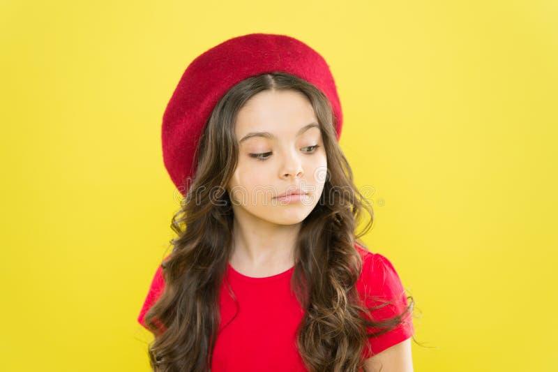 r 完善的卷毛 与可爱的卷曲发型穿戴贝雷帽帽子的孩子逗人喜爱的面孔 ?? 库存图片