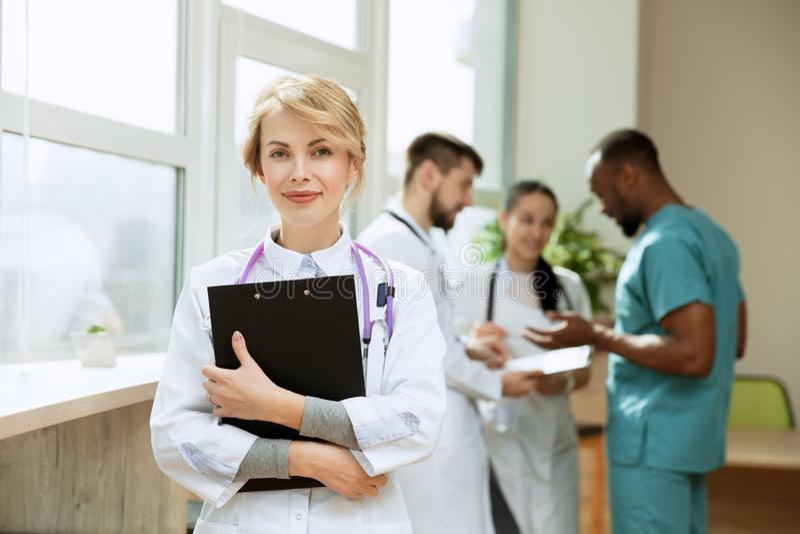 r 工作在医院办公室或诊所的专业医生 免版税库存图片