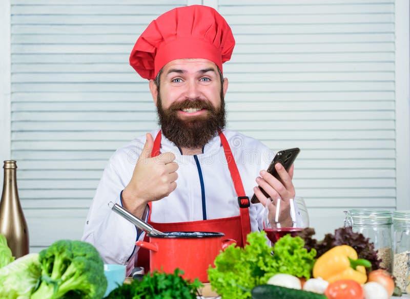 r 帽子的学会怎么厨师的行家和围裙网上 在网上烹饪教育 电子教学概念 ? 免版税库存图片