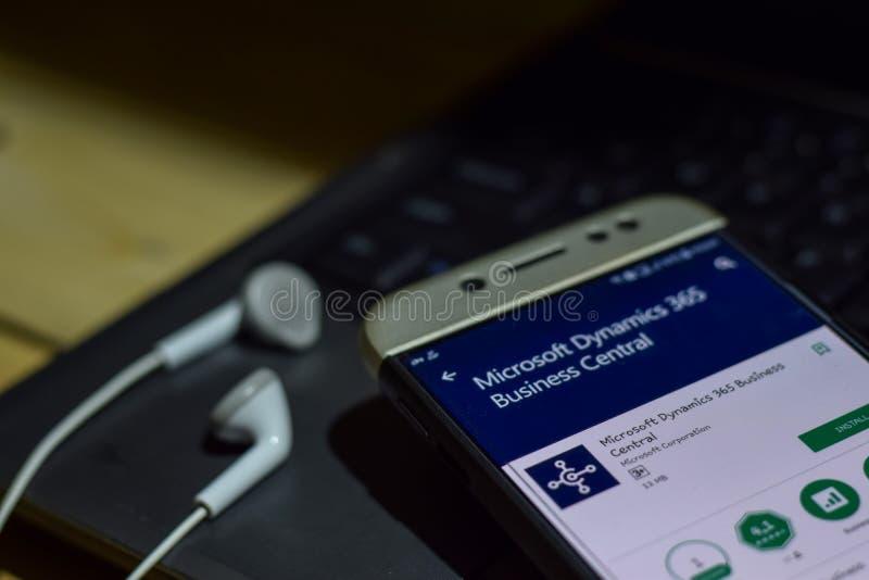 r 2019年6月5日:在智能手机屏幕上的微软动力学365企业中央dev应用 库存照片