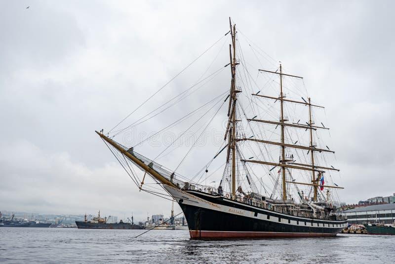 r ?? 2019年6月17日:在符拉迪沃斯托克港的帆船Pallada  免版税库存图片