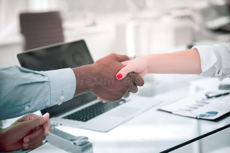 r 强财政伙伴震动移交书桌 免版税图库摄影
